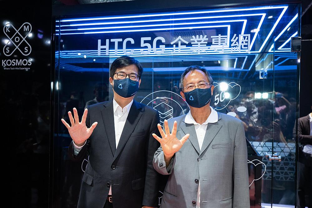 HTC新聞稿-高雄市市長陳其邁市長及HTC陳文琦董事於HTC-5G企業專網server-room前合影