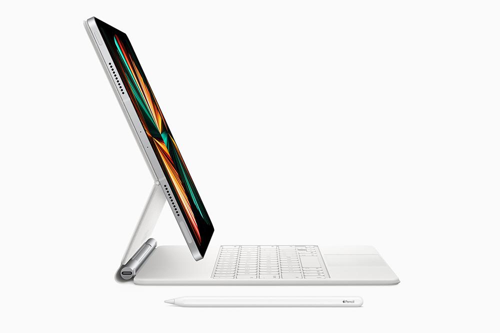 apple_ipad-pro-spring21_magic-keyboard-side-white_04202021