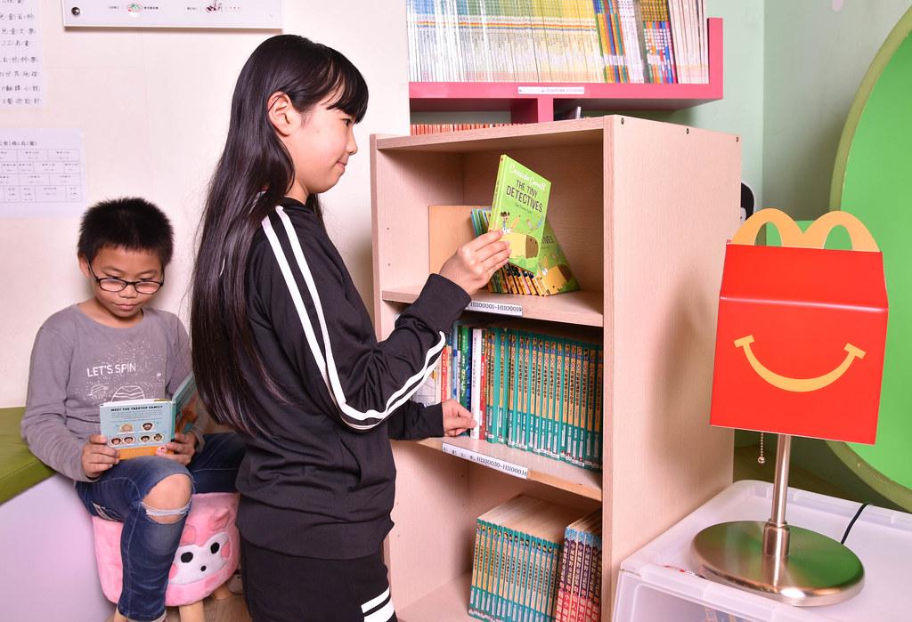 【圖說五】超過6成的偏鄉弱勢兒少,家中課外讀物僅有10本以下;麥當勞攜手家扶基金會,於各地書屋辦理共讀課程,將有超過1,800位孩子可以擁有自己的雙語讀本!