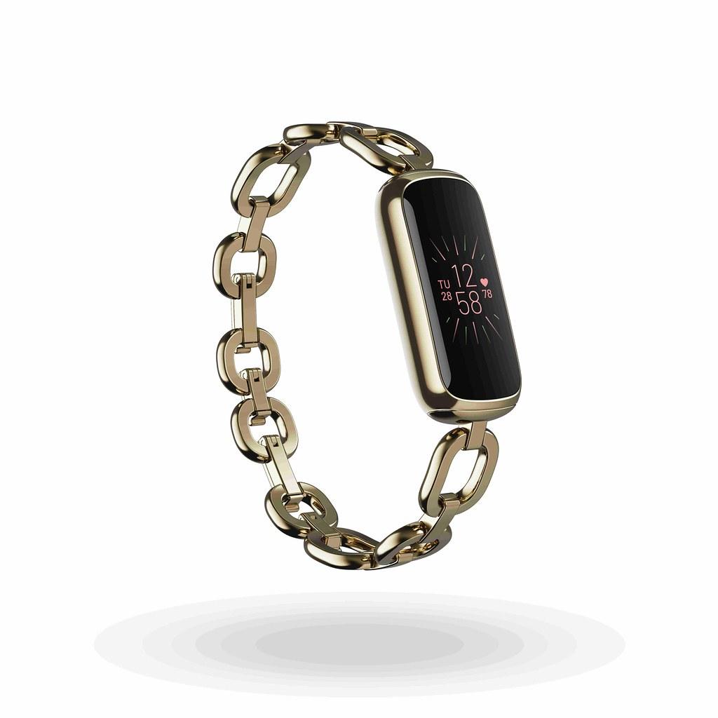 圖3. Fitbit攜手珠寶精品gorjana推出Luxe聯名錶款,售價為新台幣$6,990元。品牌經典時尚手環,讓用戶隨心變換搭配