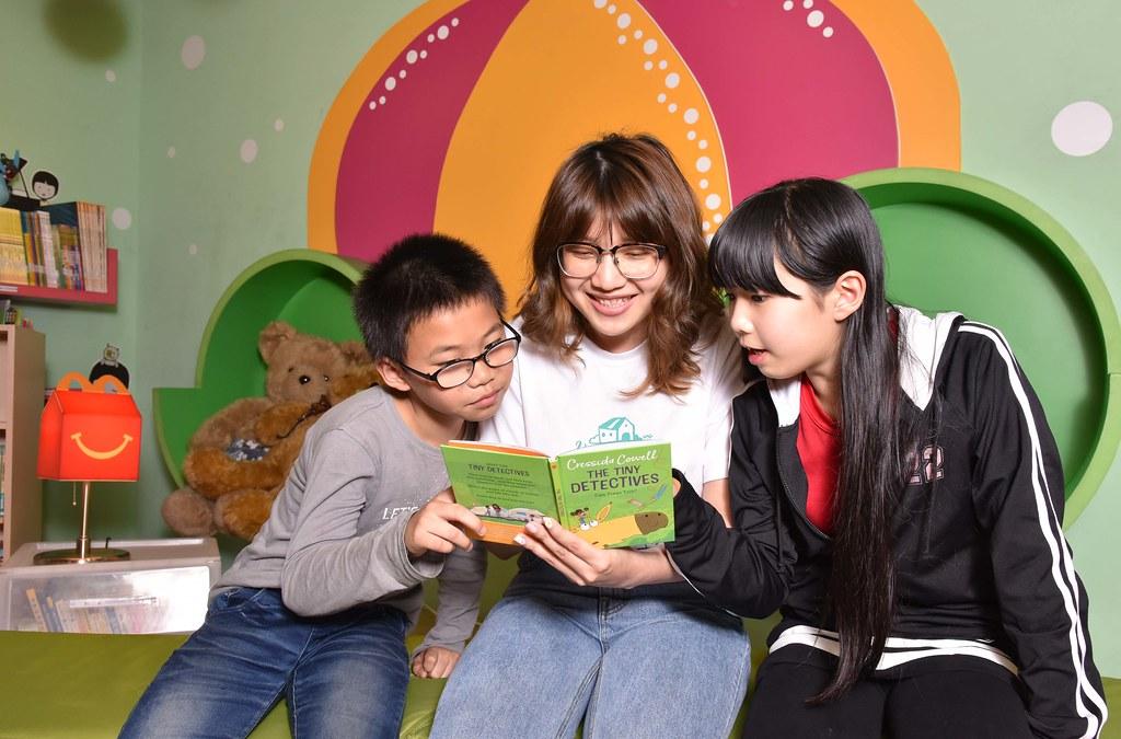 【圖說三】閱讀不需拘泥文字或形式,麥當勞雙語讀本可做為親子互動的橋樑,給予孩子安全感、培養親子關係!