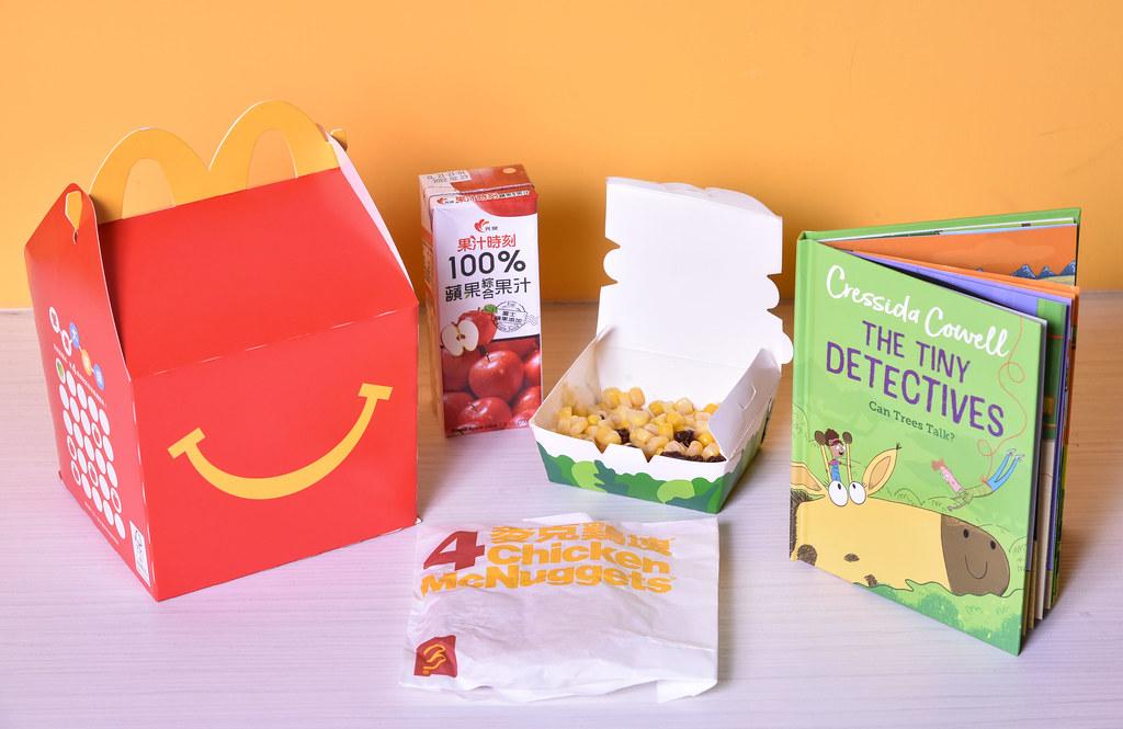 【圖說六】麥當勞4月起推出全新系列雙語讀本《迷你偵探家族》,購買89元Happy Meal即可享雙語讀本一本,讓親子一起享用美食,同時體驗共讀時光。