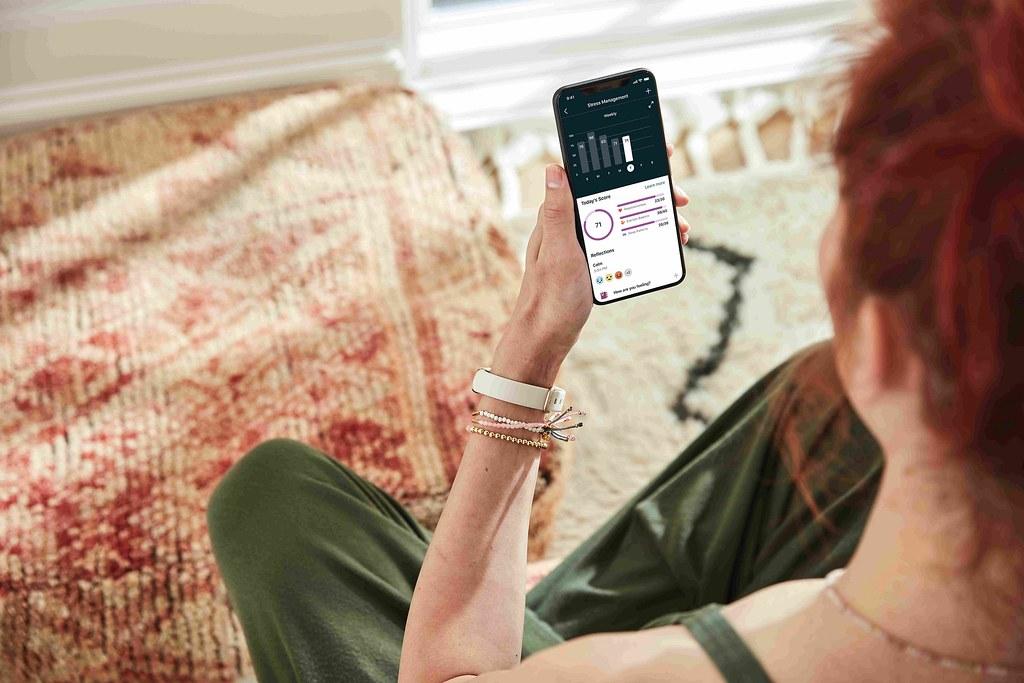 圖5. Fitbit Luxe輕盈纖巧機身設計協助追蹤用戶睡眠分數、壓力分數外,更可協助糖友們追蹤血糖值,透過健康儀表板中實現用戶全方位健康生活...