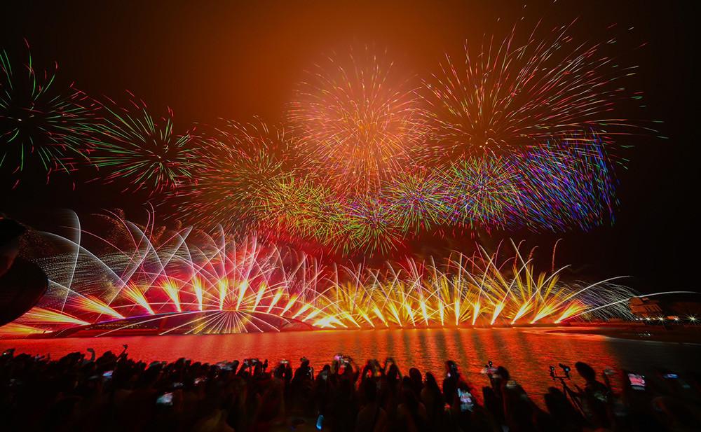 【圖9】LINE-FRIENDS主題科技燈光秀搭配璀璨煙火震撼登場,演出長達20分鐘,號稱花火節有史以來最萌開場秀_3