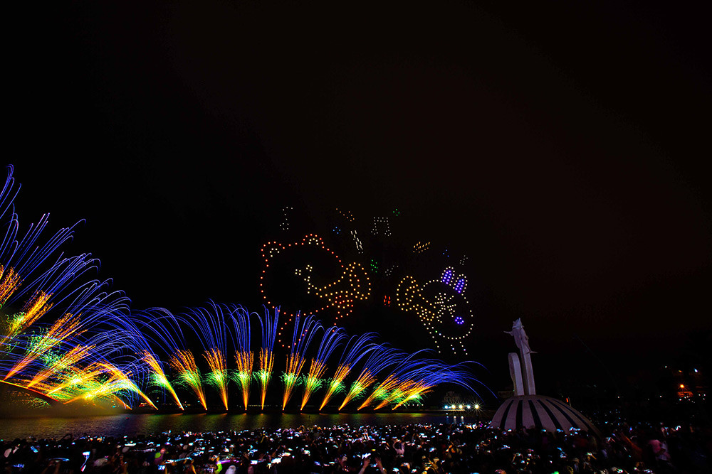 【圖8】LINE透過400台無人機科技燈光秀展演,LINE-FRIENDS熊大、兔兔、莎莉躍上星空與民眾見面_9