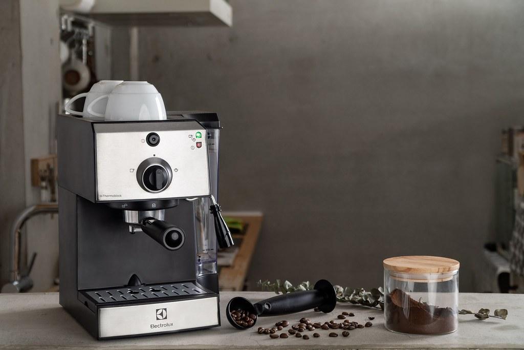 【新聞照片6】伊萊克斯半自動義式咖啡機,可製作多種咖啡飲品,滿足氣質媽咪各種風味需求