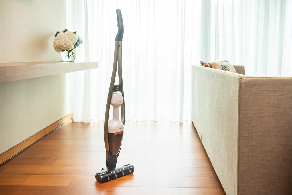 【新聞照片1】伊萊克斯Pure Q9-P雙效勁亮吸塵器,低重心輕手感設計,單手吸塵不費力