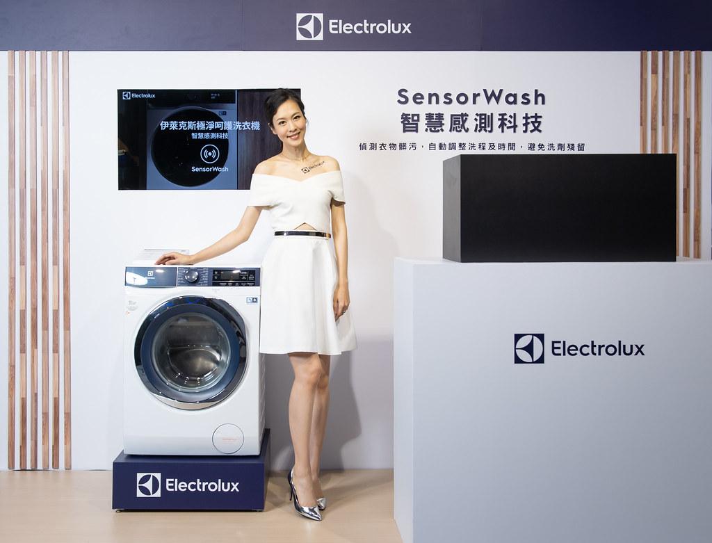 【新聞照片5】伊萊克斯極淨呵護系列滾筒洗脫烘衣機SensorWash智慧感測科技,可偵測髒污,自動調整洗程,避免衣物殘留洗劑。
