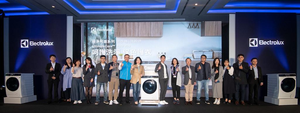 【新聞照片9】伊萊克斯台灣、香港總經理余倩梅攜手與會貴賓和年度代言人吳慷仁(右8)推出極淨呵護系列滾筒洗衣機和洗脫烘衣機。