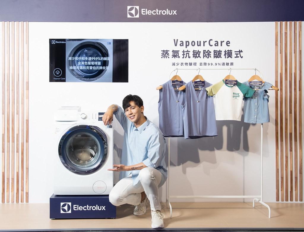 【新聞照片6】伊萊克斯極淨呵護系列滾筒洗衣機和洗脫烘衣機的VapourCare蒸氣抗敏除皺,可減少衣物皺褶。
