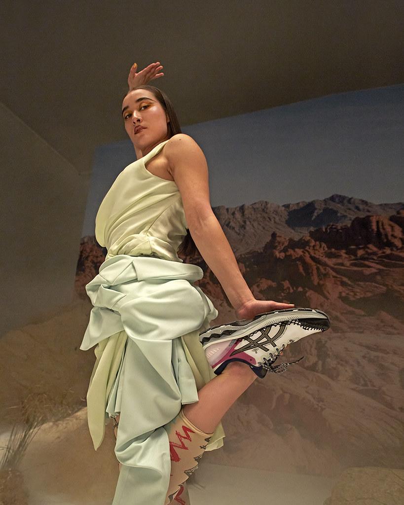 ASICS X Vivienne Westwood GEL-KAYANO 27 DE將解構主義的精神融入在運動鞋的結構中,展現獨特設計品位