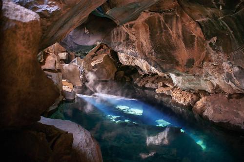 Eaux chaudes de la grotte Grjótagjá