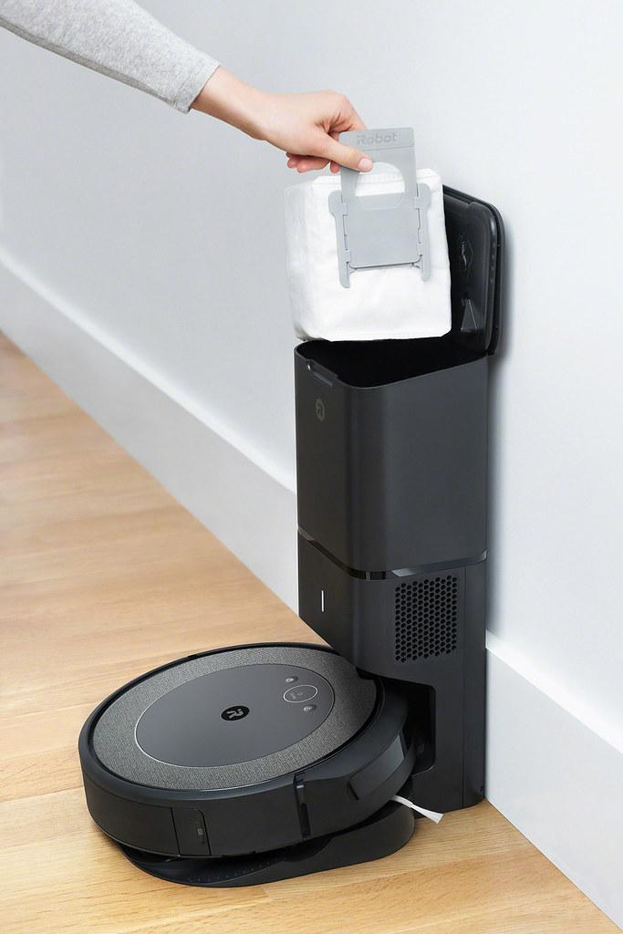 圖說:iRobot 輕旗艦機款Roomba i3+配備引以為傲的專利自動集塵座,從吸塵到處理垃圾完全不髒手!