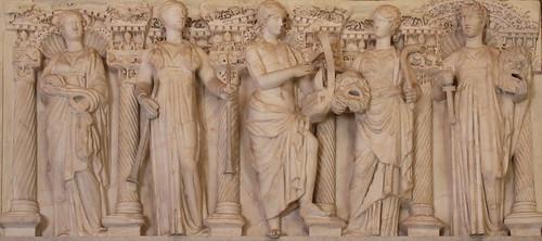 fronte di Sarcofago in marmo asiatico a colonne con Apollo e le Muse del III secolo d.C. - Sala della Paolina - Galleria Borghese, Roma