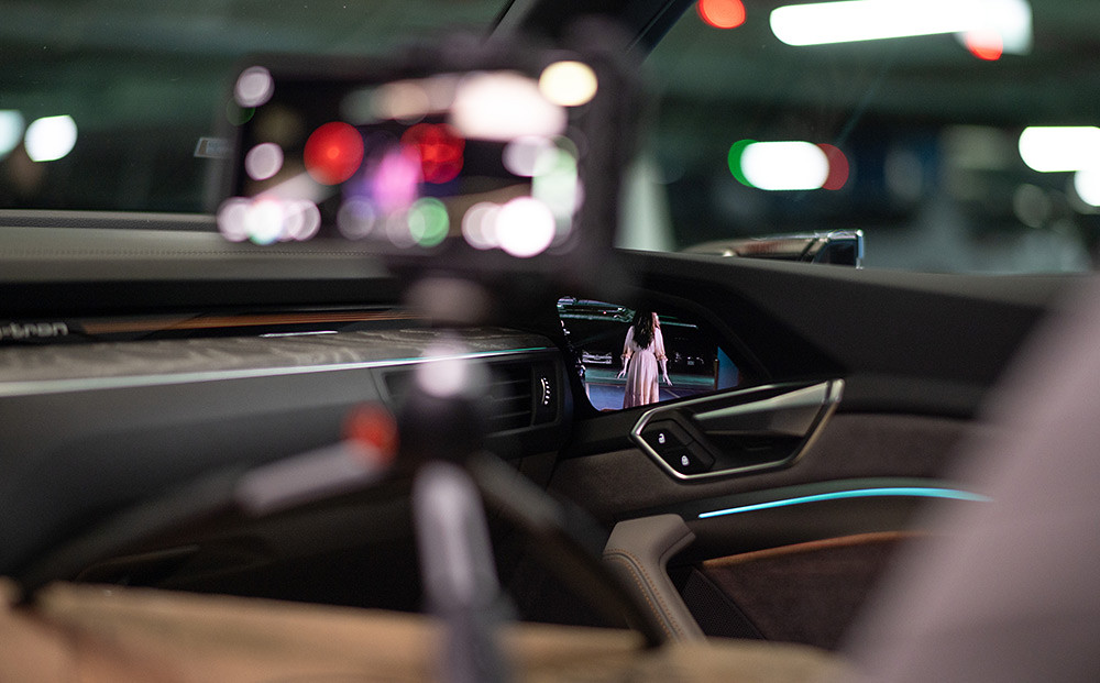 Audi虛擬後視鏡倒映出影片中的神秘角色