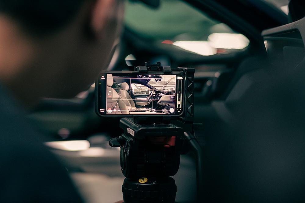 廖明毅導演使用創新的手法拍攝,也搭配創新的道具