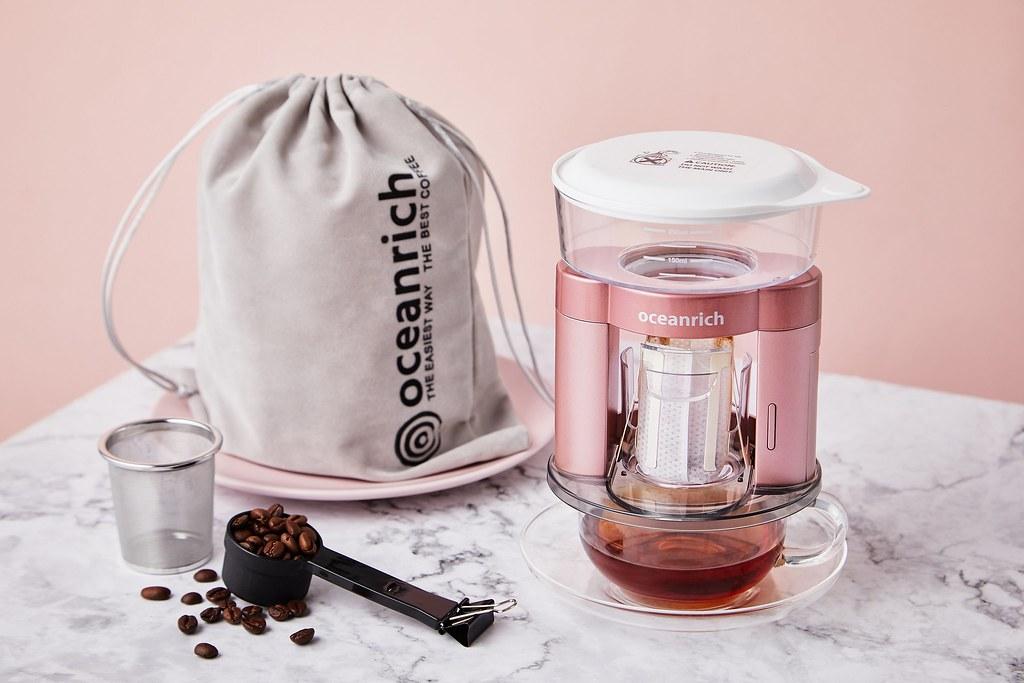 誠品線上「媽媽的浪漫日記」推薦夢幻購物車選禮 Oceanrich 二合一自動旋轉萃取咖啡機 原價1,580元,特價1,422元。