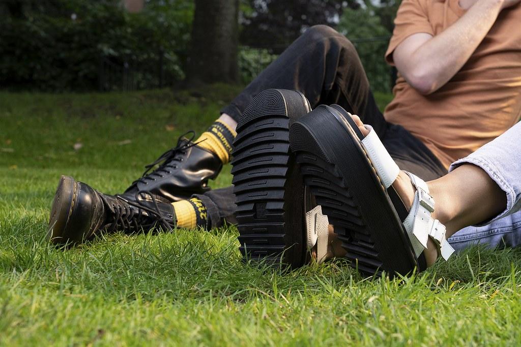 從梅雨季、艷陽天到音樂節等各式展演活動,馬汀涼鞋就是無法被遺忘的 dress code