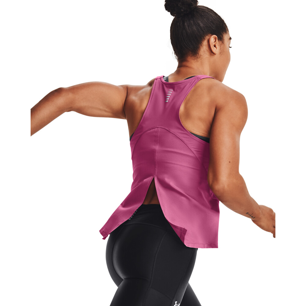 「UA ISO-CHILL」系列服飾背面飾有反光材質,有助提升在弱光環境中的跑步安全。
