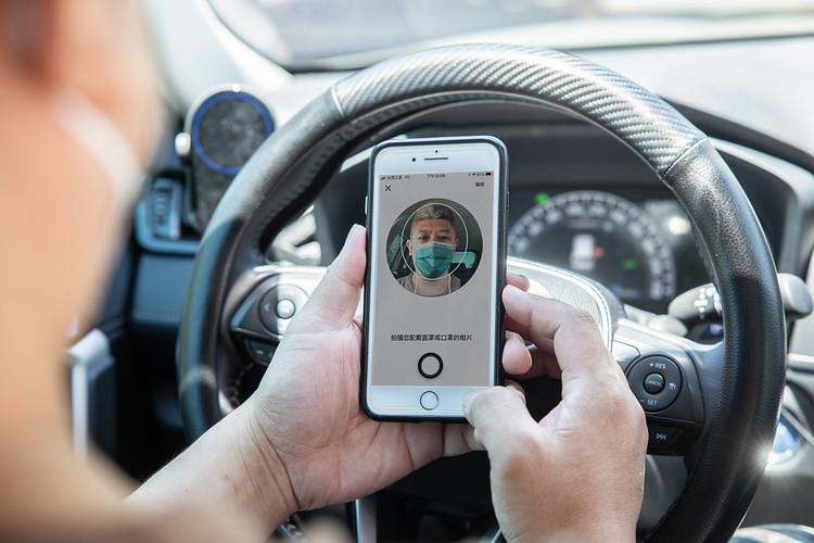 【新聞照二】Uber App 的「上線前確認清單」與採用人臉識別技術的「口罩驗證機制」兩項安全功能,幫助職業駕駛於行程前確認是否採取了政府指導的安全相關措施。