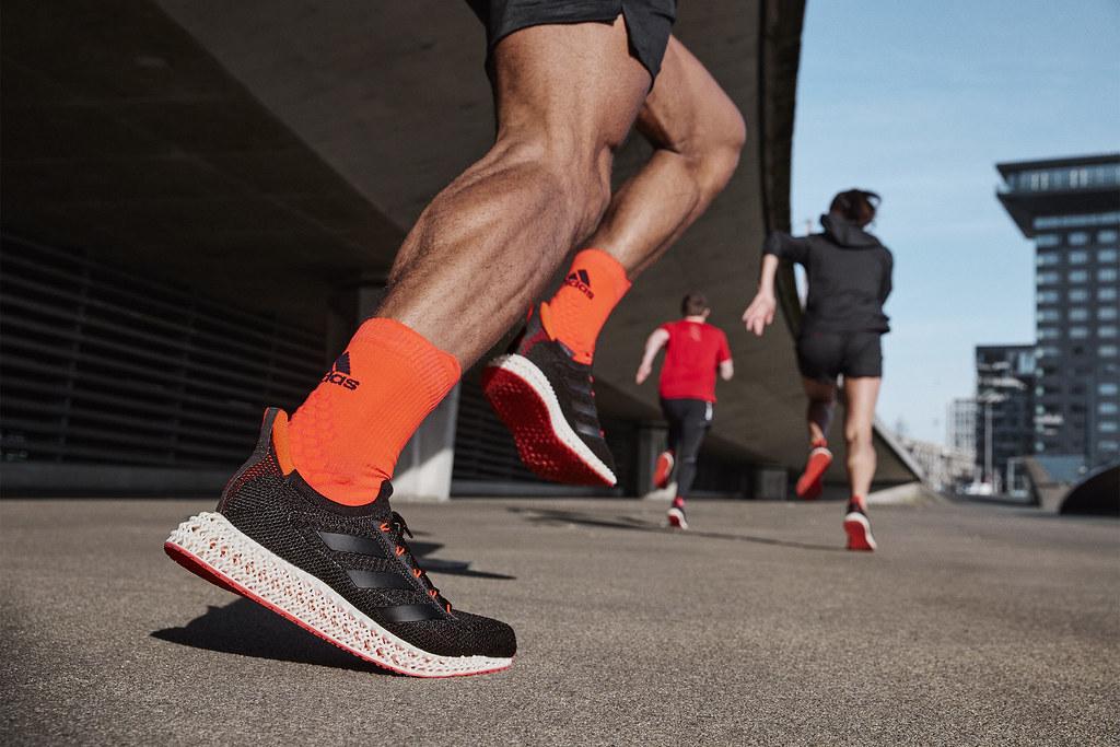2. adidas新一代「4DFWD科技中底」全面進化,可將跑者著地時的垂直衝擊力,轉換成向前的推進動力,進而提升跑速