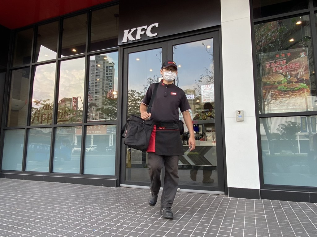 【圖五】肯德基所有服務人員及外送人員皆全程配戴口罩