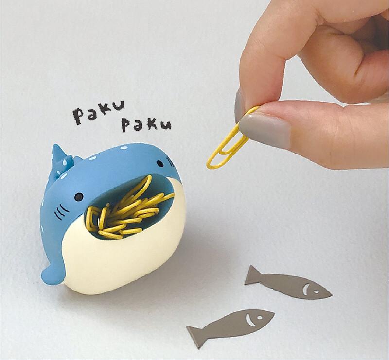 圖二:日本創意品牌DECOLE將迴紋針收納筒 、筆筒製成鯊魚、企鵝、鯨魚等海洋生物造型,張大的嘴巴剛好可以放入迴紋針,兼具可愛跟實用|誠品書店