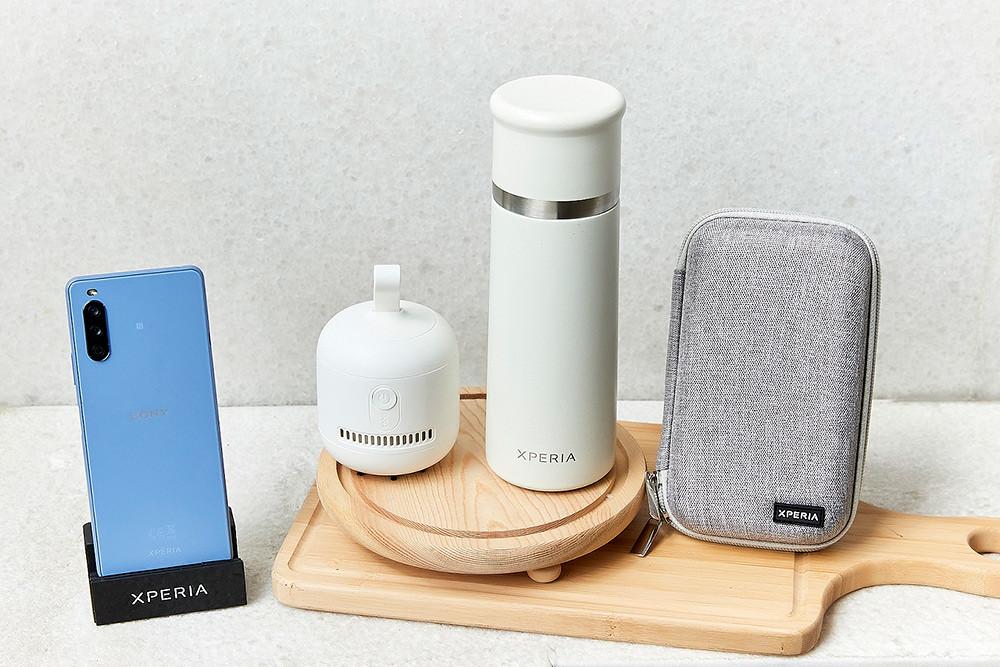 圖說、Sony-Mobile貼心規劃Xperia-10-III早鳥禮「風格選物大禮包」(3C硬殼收納包、簡約桌上型吸塵器、真空不鏽鋼保溫杯),數...