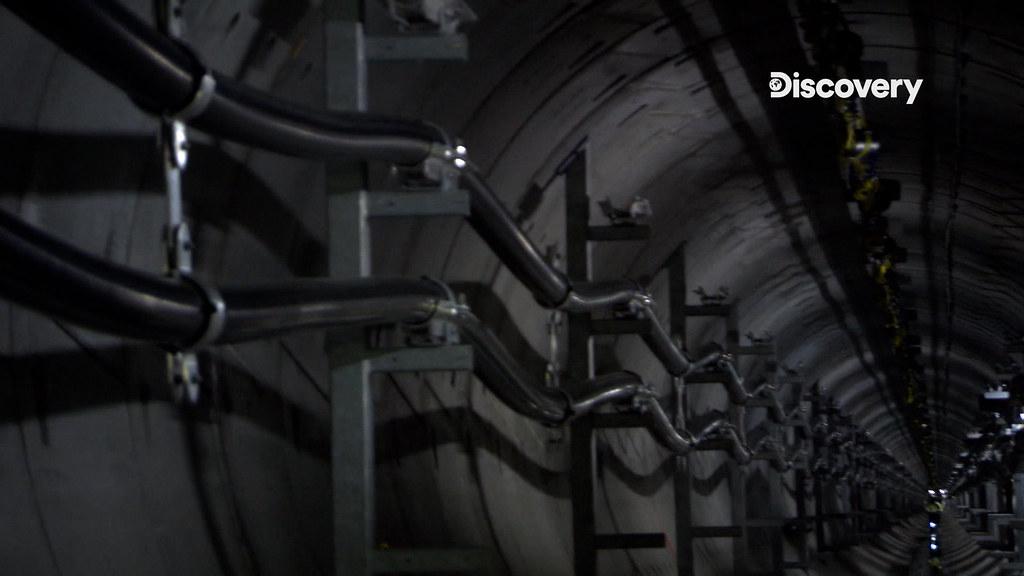 《生活科技大解密》倫敦圖說:這是沿著隧道牆壁安裝兩百公里的全新電纜線,每公尺造380英鎊,可輸送電壓高達40萬伏特。