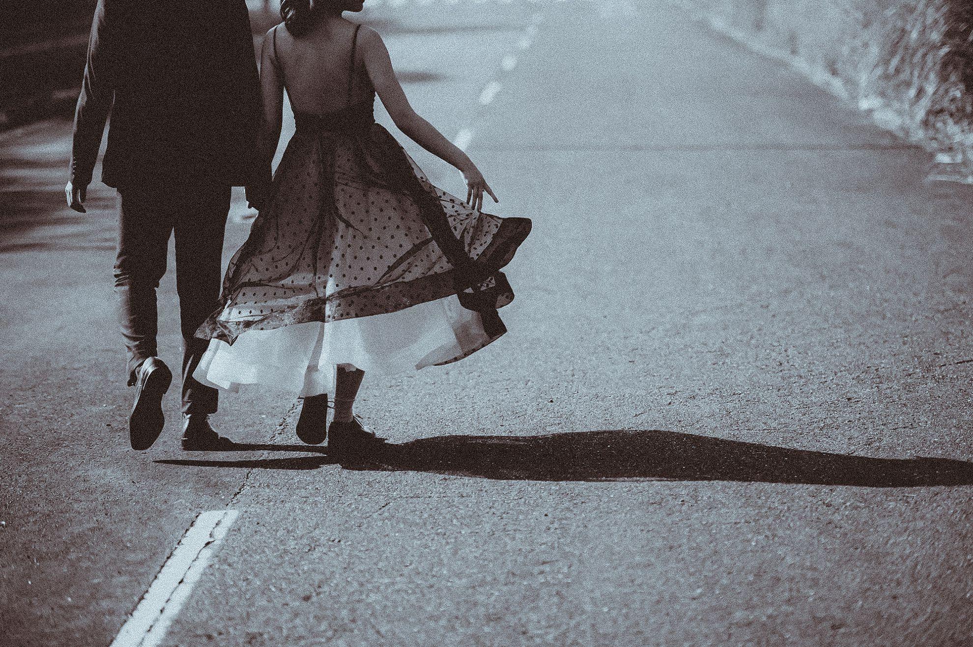 貳月婚紗,台北婚紗,自助婚紗,婚紗包套,攝影師,造型師,白紗外拍,淡水,海邊,仙女棒,空拍機,陽明山外拍,陽金公路,戰備跑道,公路婚紗,