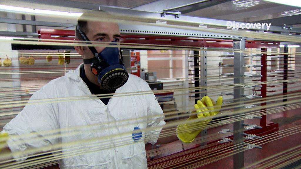 《生活科技大解密》琴弦圖說:琴弦塗上了防水性最好的塗料,航海用清漆。