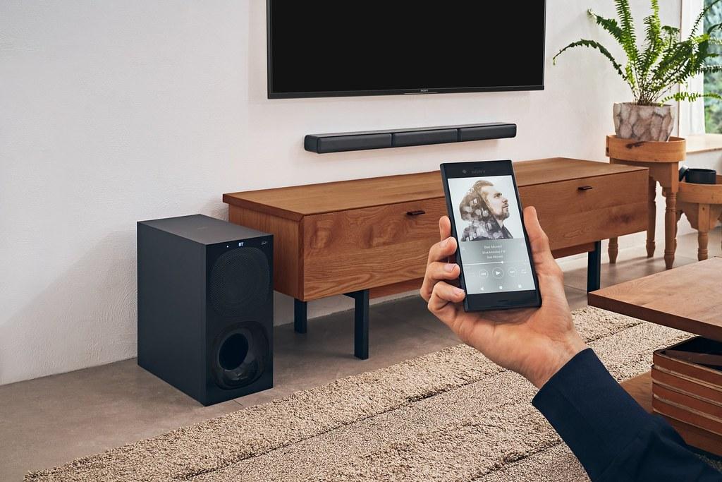 圖 4) HT-S40R搭載藍牙連線功能連結串流音樂,輕鬆播放喜愛的音樂清單,營造豐富的居家空間氛圍