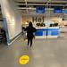Abstandhalten in IKEA während des Corona-Lockdown in Köln, Deutschland
