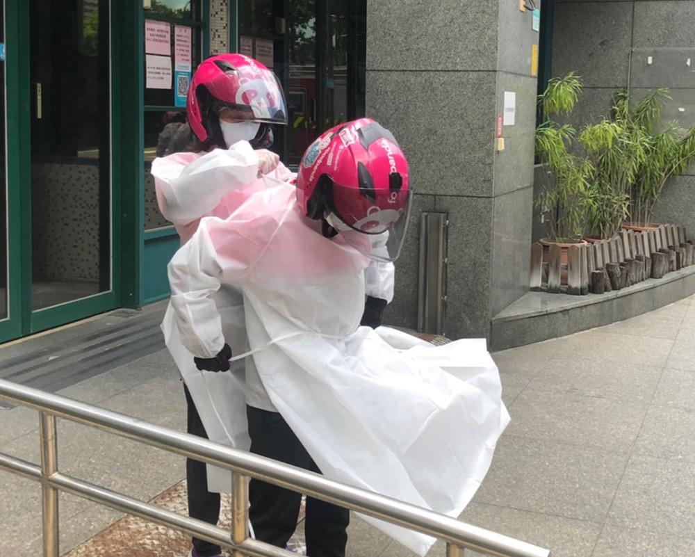 【新聞圖片4】foodpanda提醒外送夥伴在送暖之餘亦須留意防疫相關措施,照顧自身健康