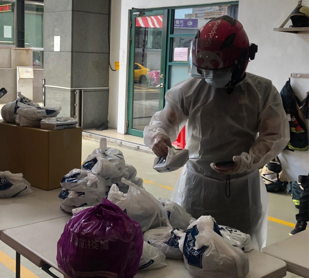 【新聞圖片2】foodpanda-外送夥伴自-5-月底起協助送餐至獨居長者家中,同時關懷、問候長者,此計畫截至目前已累積服務長者人數近-4,000-人
