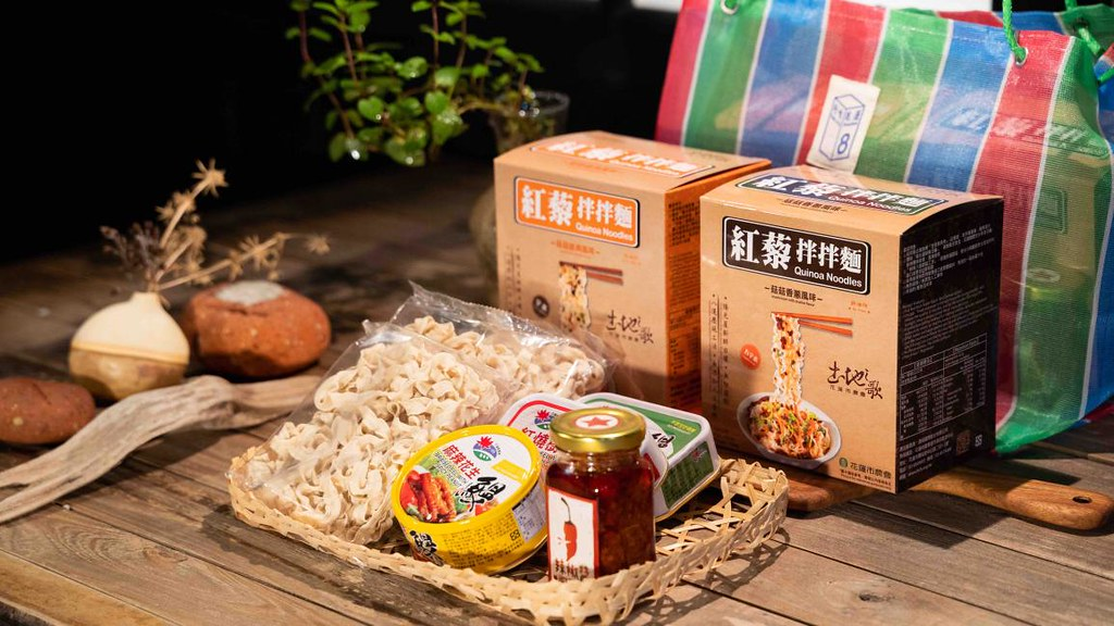 『來自花蓮的山海滋味與溫暖!KKday攜手花蓮縣政府推出防疫美食包 集結在地商圈、業者與小農力量』-「好好吃飯組」集結紅藜拌麵、手工辣椒醬、鰻魚罐頭等 (圖 KKday提供)