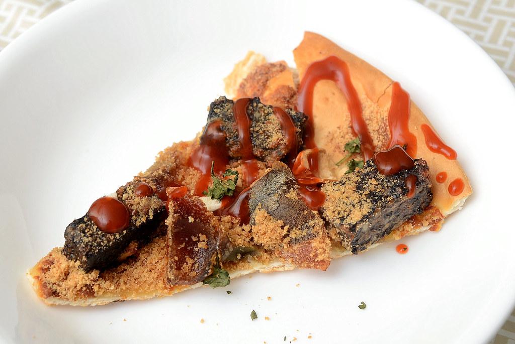 香菜皮蛋豬血糕披薩 + 東泉辣椒醬