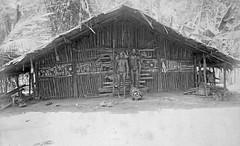 TM-60015416 Een Marind Papoea man en vrouw voor een vrouwenhuis