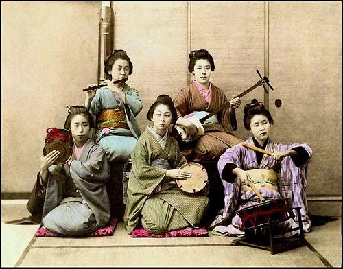 Cinque Musicisti 👘 #japponesi 📷 #foto #colorate a #mano 🎨 #tecnica #yokohamashashin #quartiere degli #stranieri  ~ #1860 #start #handcoloring  🎥#elettritv💻📲 #webtv #musicaoriginale #taiko #shamisen #fue #can