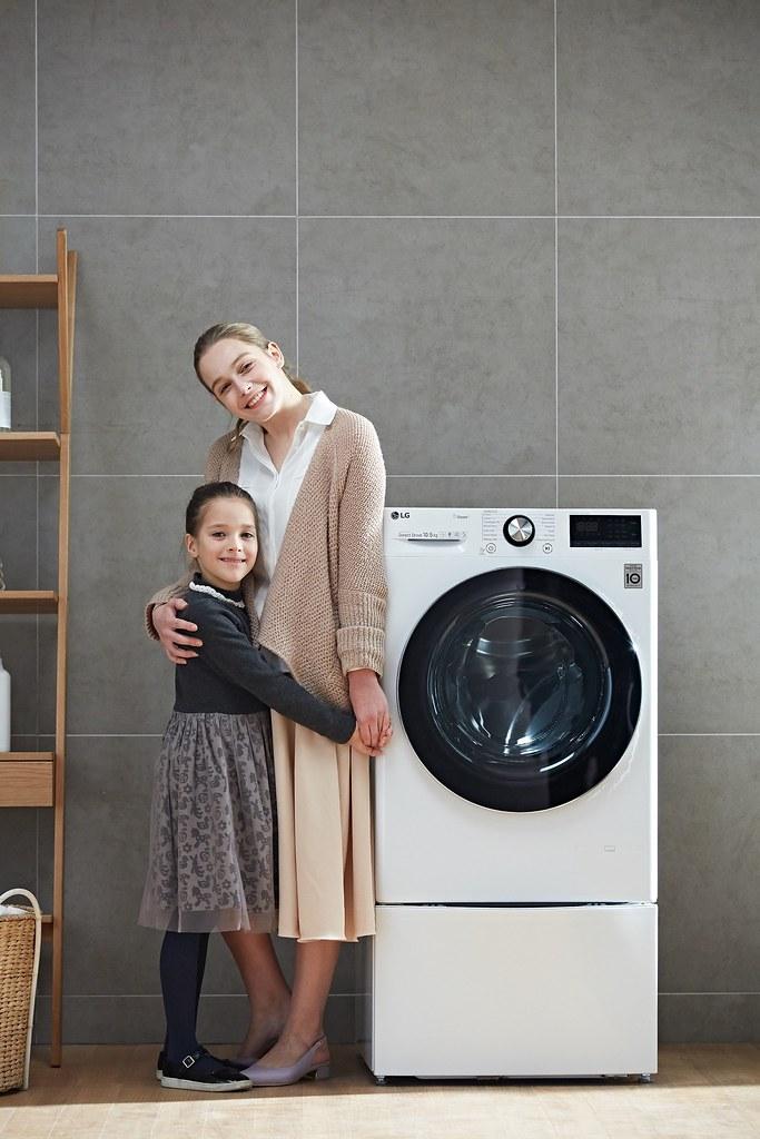 【新聞稿照片7】隨著國人健康意識提升,許多消費者也養成清洗寢具等大型織品的清潔習慣,大容量的洗衣需求已成為近年消費者的選購趨勢,LG提供了許多大容量的選擇,一起呵護全家人健康!