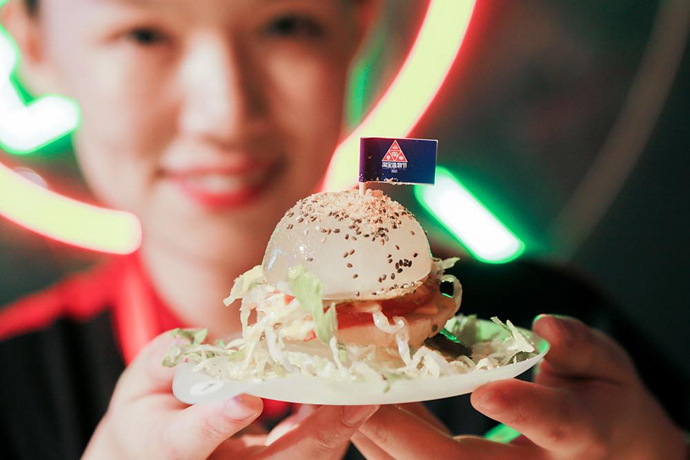 [圖三]原料採新鮮海藻提煉讓熱量看得見的「透明漢堡」