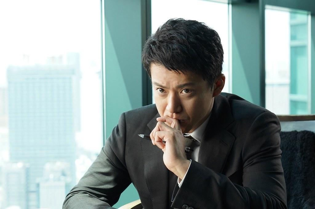 罪之聲_新聞稿照01_小栗旬所飾演的「阿久津」一角,是過去隸屬於社會部的記者