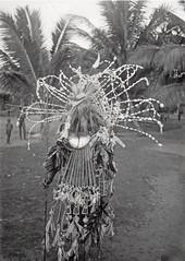 TM-60045623 Een dema-figurant tijdens een ceremonie op het strand