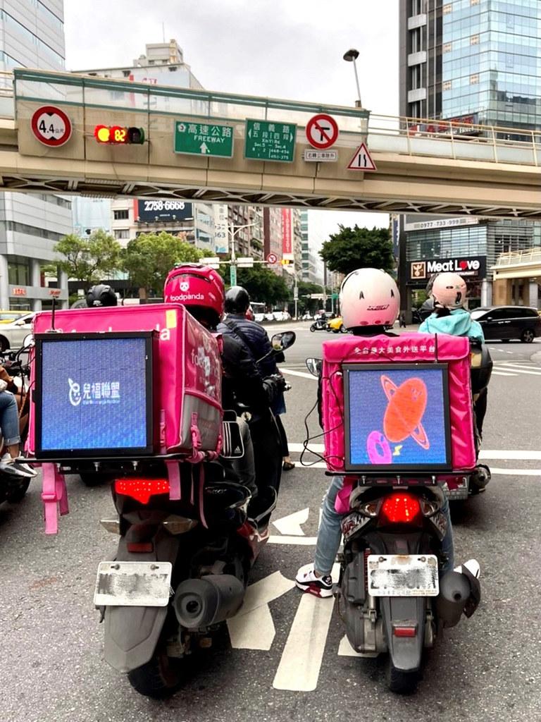 新聞照片5:「里程移動」智慧型移動式街頭LED數位看板-LBS追蹤技術偵測地理環境與時間變化-即時更換廣告內容-精準投放受眾
