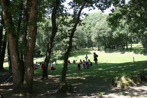 Enfants dans parc Fontgombault