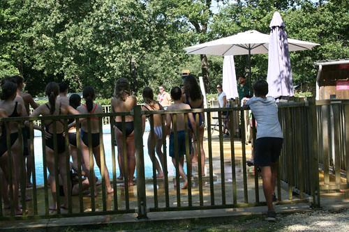 Enfants bord piscine Fontgombault