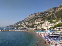 Amalfi, la spiaggia e le vertiginose e ripide montagne alle spalle della città