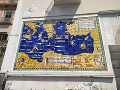 Amalfi, pannello maiolicato sulla sinistra di Porta Marina riproducente il Mediterraneo orientale ed i luoghi dove Amalfi aveva i propri scambi commerciali