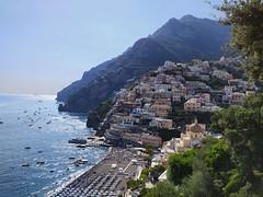Il borgo a gradoni di Positano, sulla Costiera Amalfitana con le sue tipiche case colorate