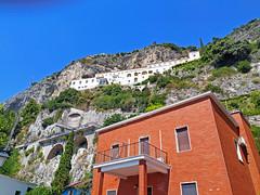 L'Hotel Gran Convento di Amalfi arroccato sui ripidi versanti dei monti alle spalle della città